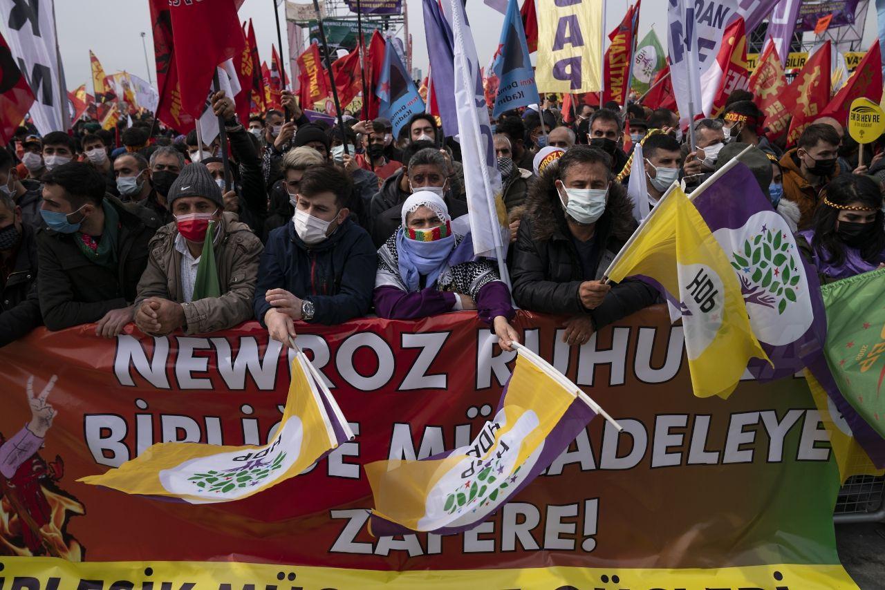 İstanbul'da binlerce kişi Newroz'u kutladı - Sayfa 1