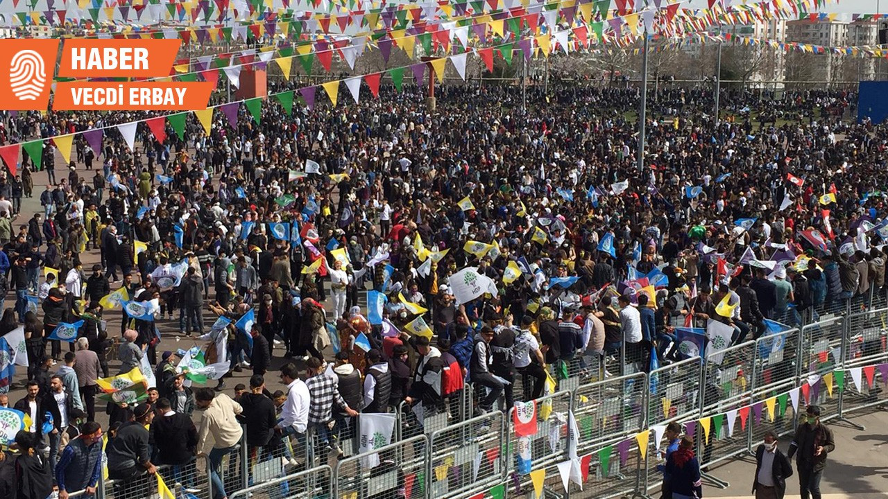 Diyarbakır'da Newroz: Bu ateş yandığı sürece kimse bize diz çöktüremez