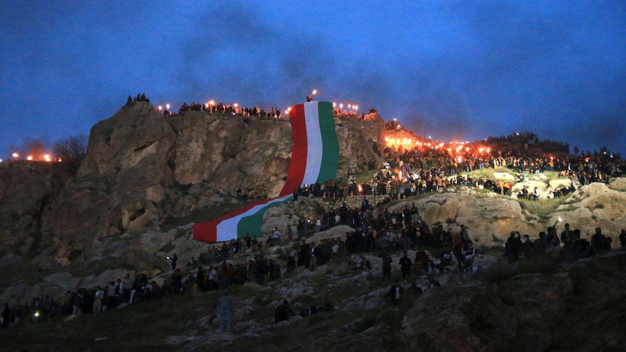 Kürdistan'da kutlamalar: Akre'de Newroz ateşini gönüllü gençler taşıdı - Sayfa 1