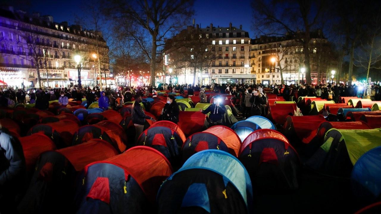 Paris'e yüzlerce mülteci çadırı kuruldu