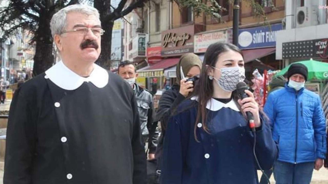 İYİ Partililer önlük giyip 'Andımız' okudu