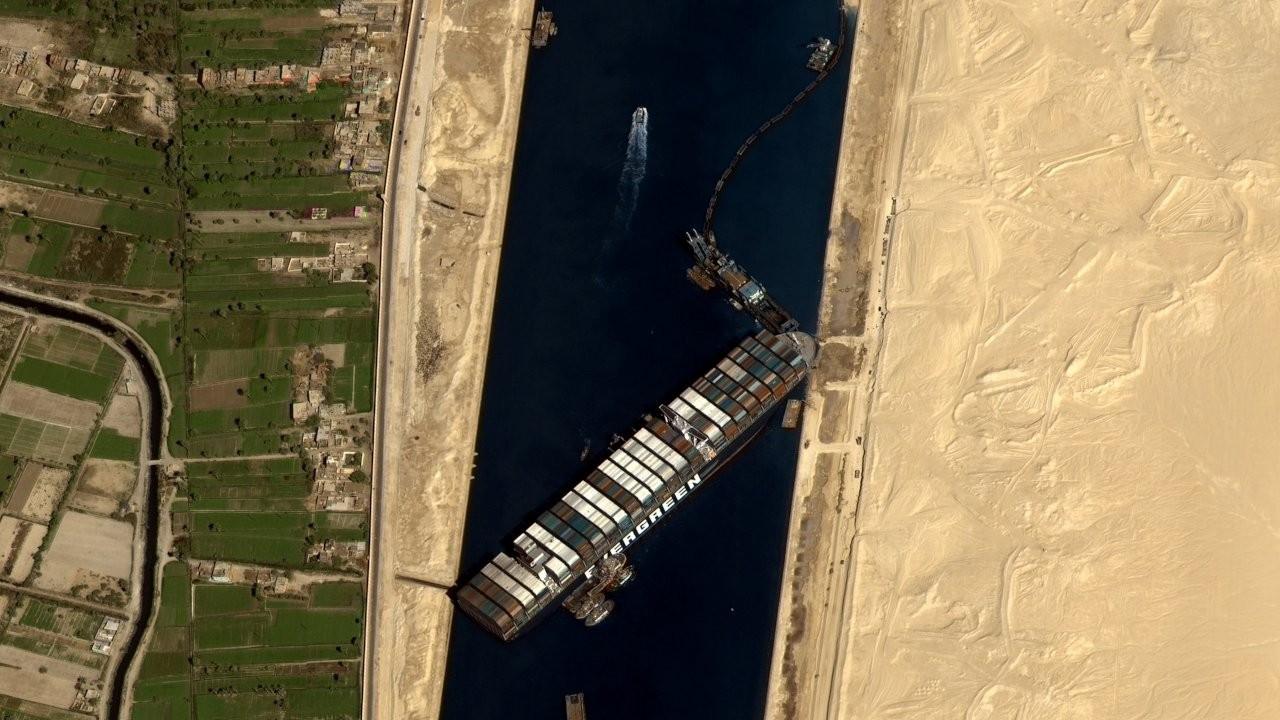 Süveyş Kanalı'nda karaya oturan 220 bin tonluk gemi kurtarıldı