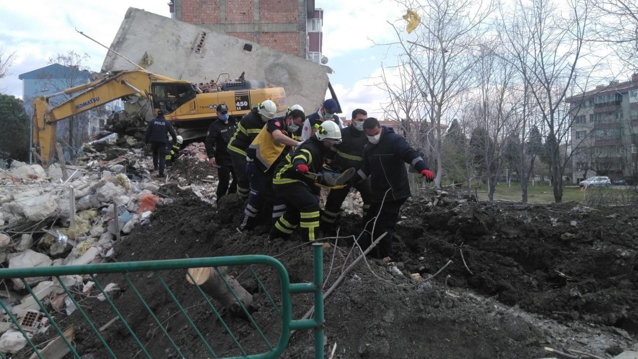 İş makinesi operatörü enkazdan yaralı kurtarıldı