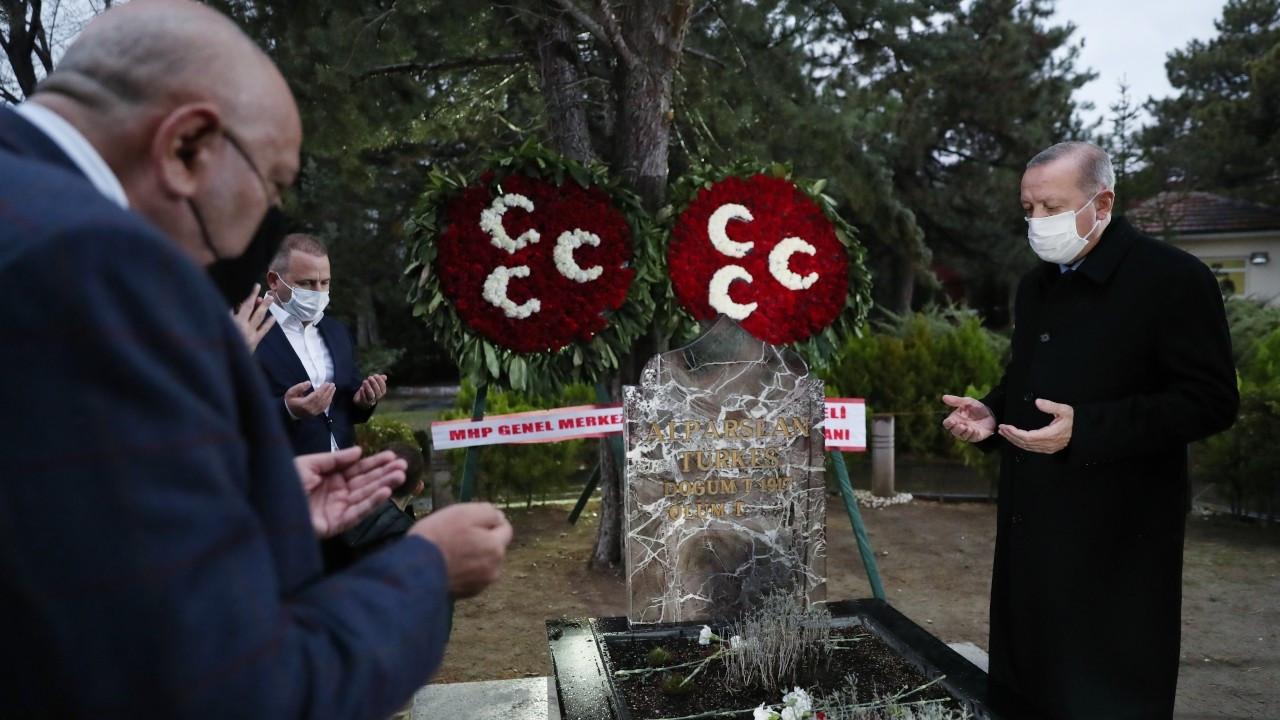 Erdoğan'dan Alparslan Türkeş'in kabrine ziyaret