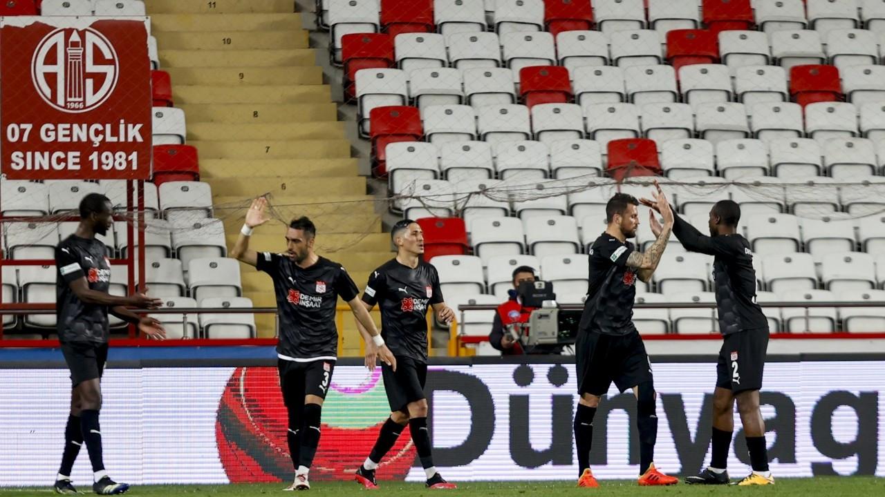 Antalyaspor'un serisi sona erdi, Sivasspor namağlup devam etti