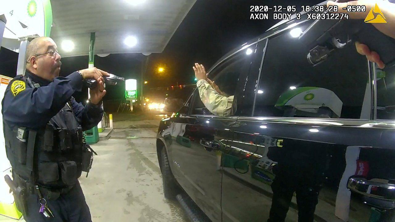 ABD'de siyah bir asker, trafik çevirmesinde kendisine silah doğrultan iki polise dava açtı - Sayfa 3