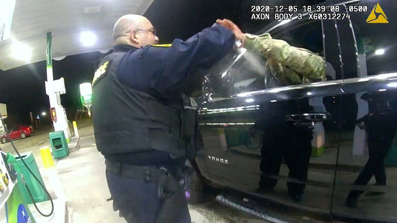 ABD'de siyah bir asker, trafik çevirmesinde kendisine silah doğrultan iki polise dava açtı - Sayfa 2
