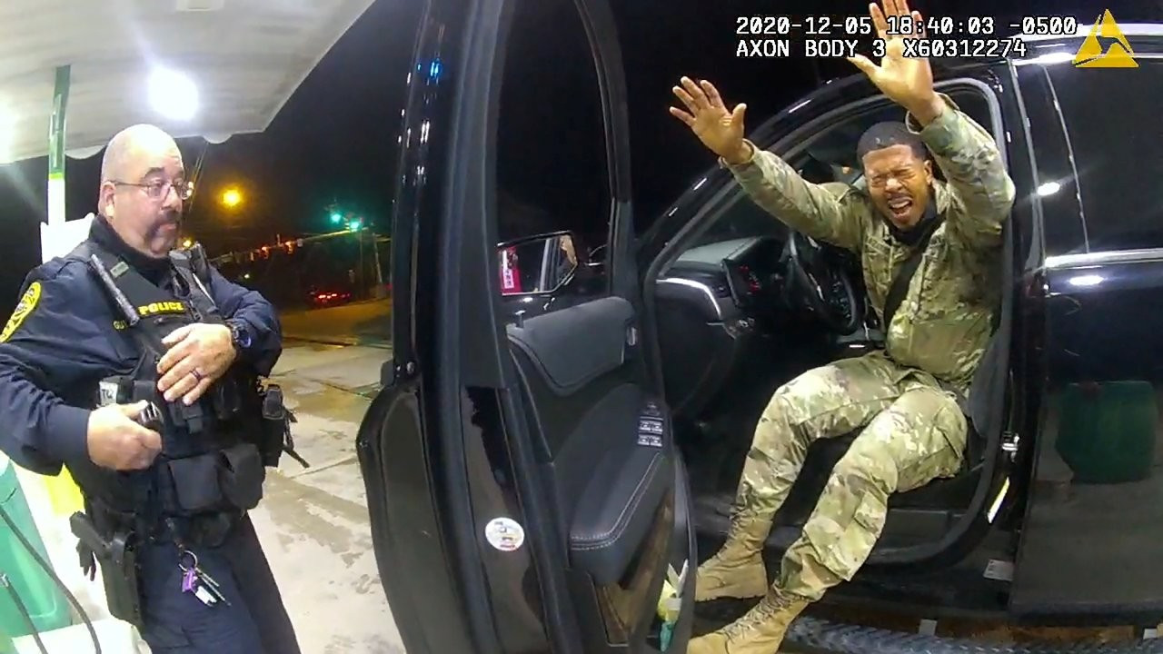 ABD'de siyah bir asker, kendisine silah doğrultan iki polise dava açtı