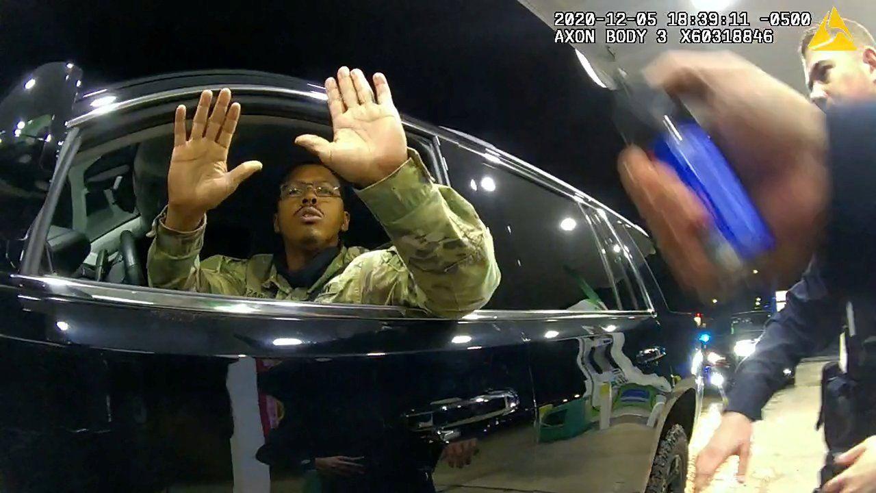 ABD'de siyah bir asker, trafik çevirmesinde kendisine silah doğrultan iki polise dava açtı - Sayfa 4