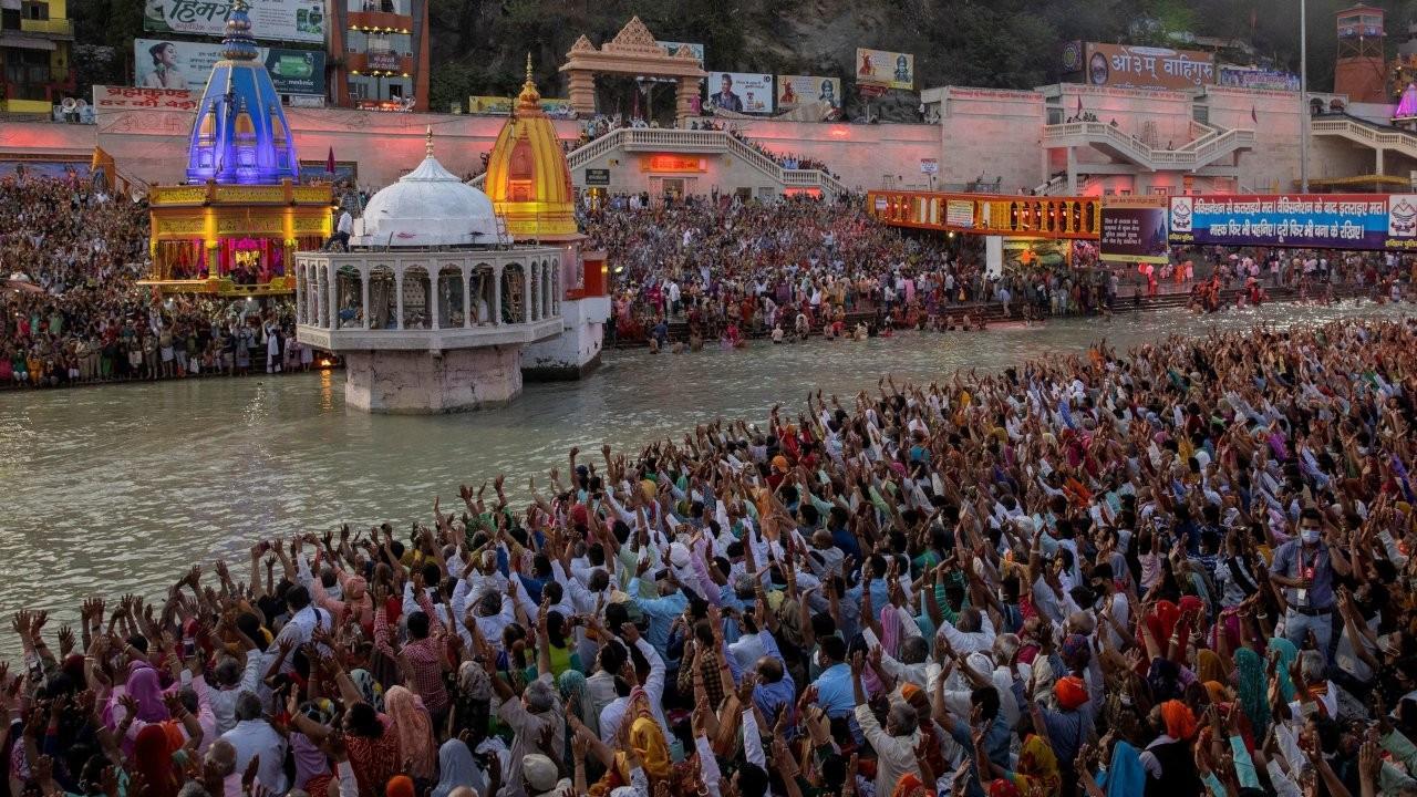 Koronaya rağmen binlerce kişi Kumbh Mela festivalini kutladı