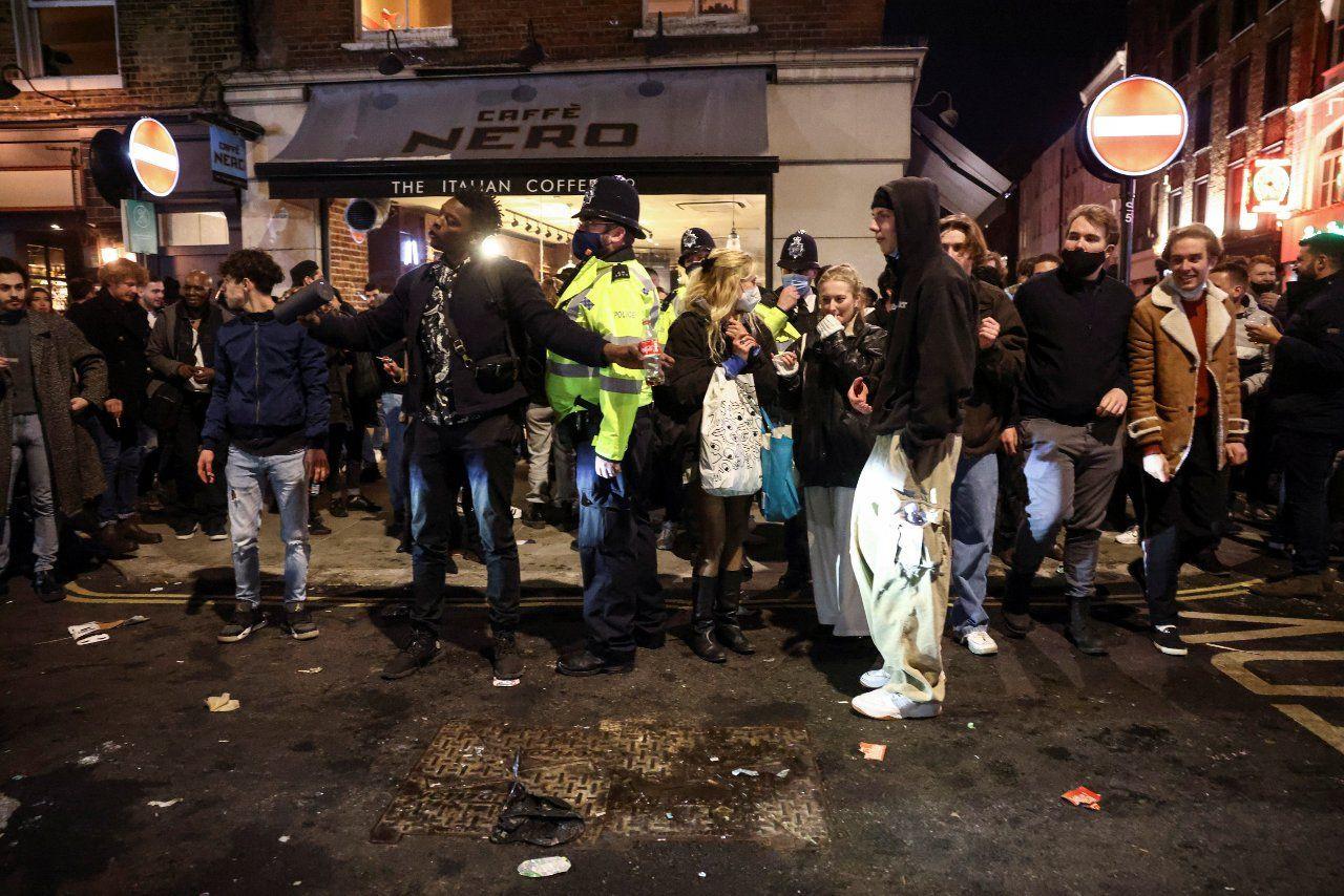 İngiltere'de publar doldu taştı: 'Bütün ülke akşamdan kalma' - Sayfa 4