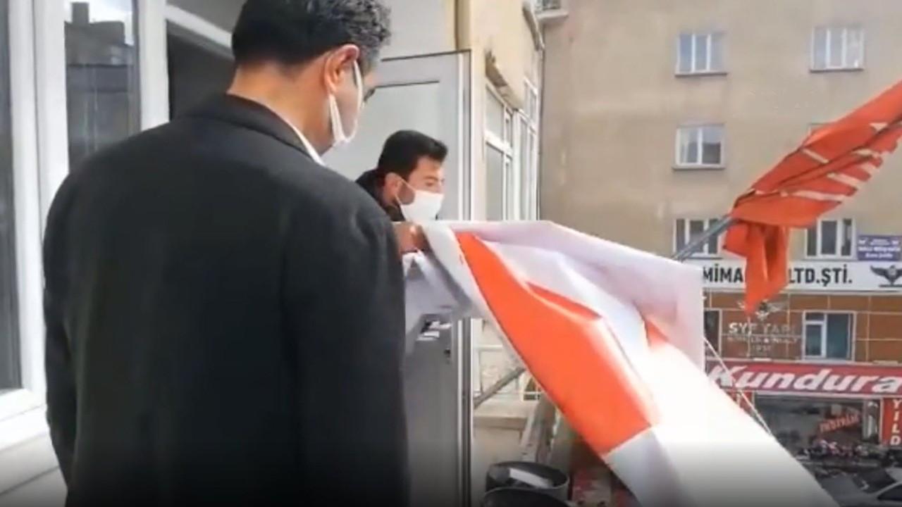 Niğde'de CHP'nin pankartını indiren polis: Asarsanız tekrar alırız