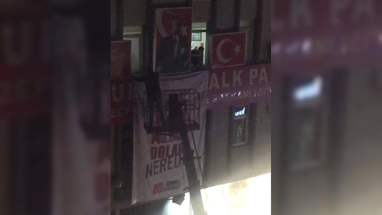İstanbul'daki '128 milyar dolar nerede?' pankartları vinçle indirildi