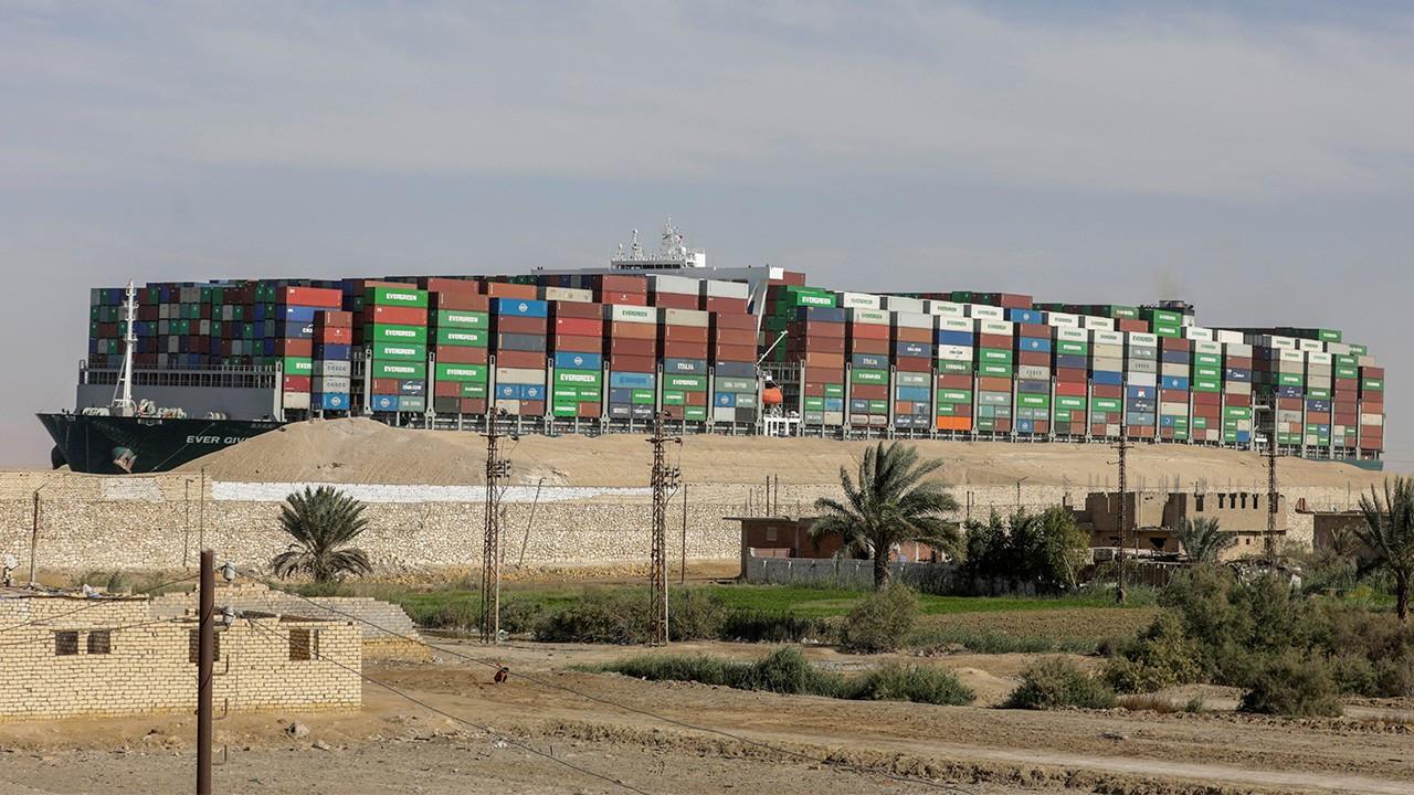 Mısır, Süveyş Kanalı'nda karaya oturan gemiye el koydu