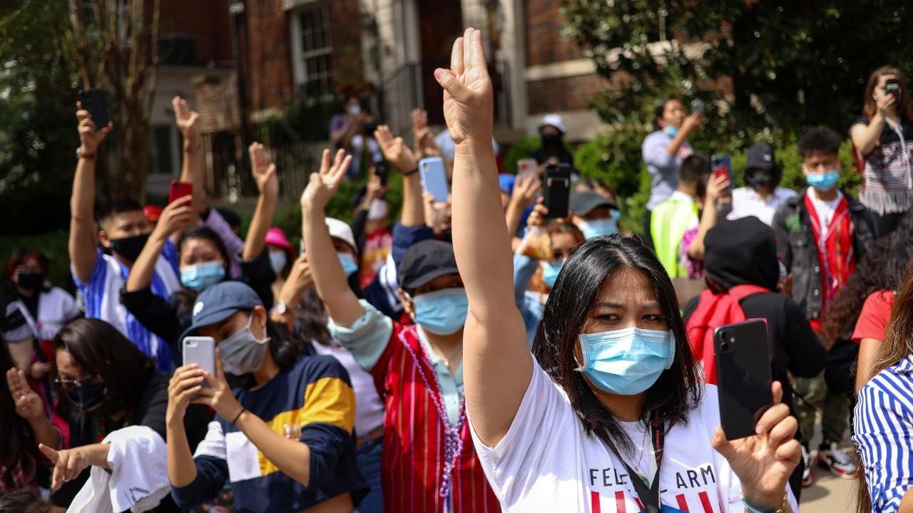 Myanmar'da gençler gelecekleri için mücadele ediyor