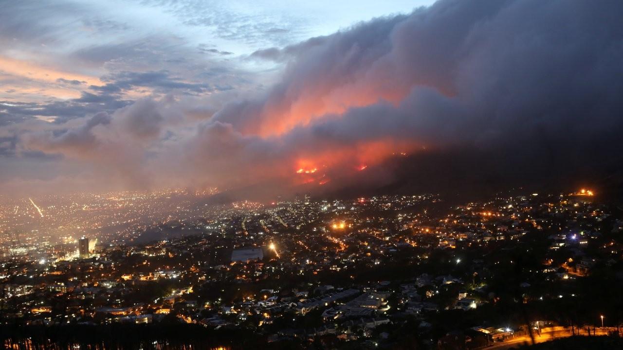 Cape Town'daki yangın kontrolden çıktı: 4 bin öğrenci tahliye edildi