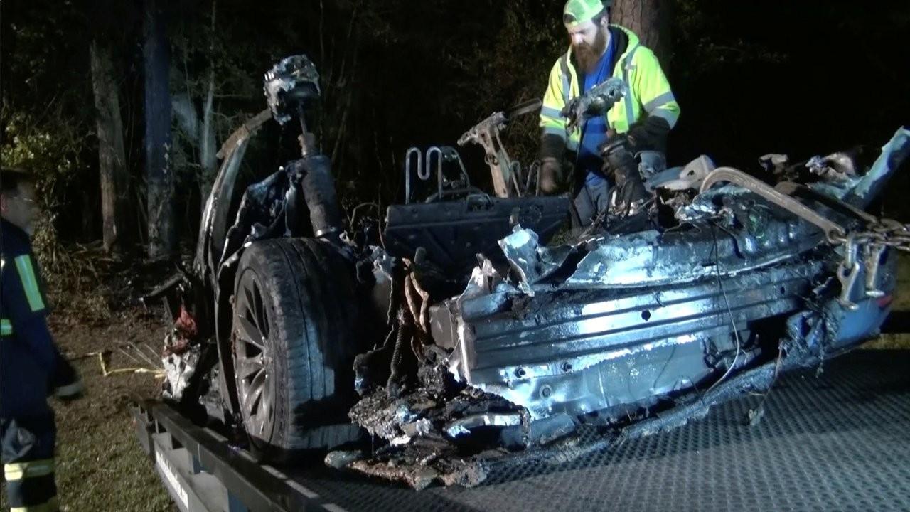 Sürücüsüz Tesla kaza yaptı, iki kişi yanarak öldü