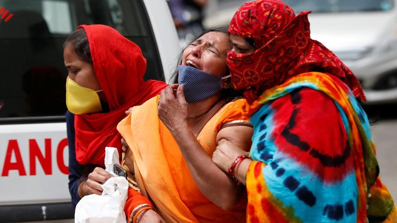 Hindistan'da bir günde 1761 kişi koronadan öldü: 'Nereye baksanız ambulans ve ceset var'