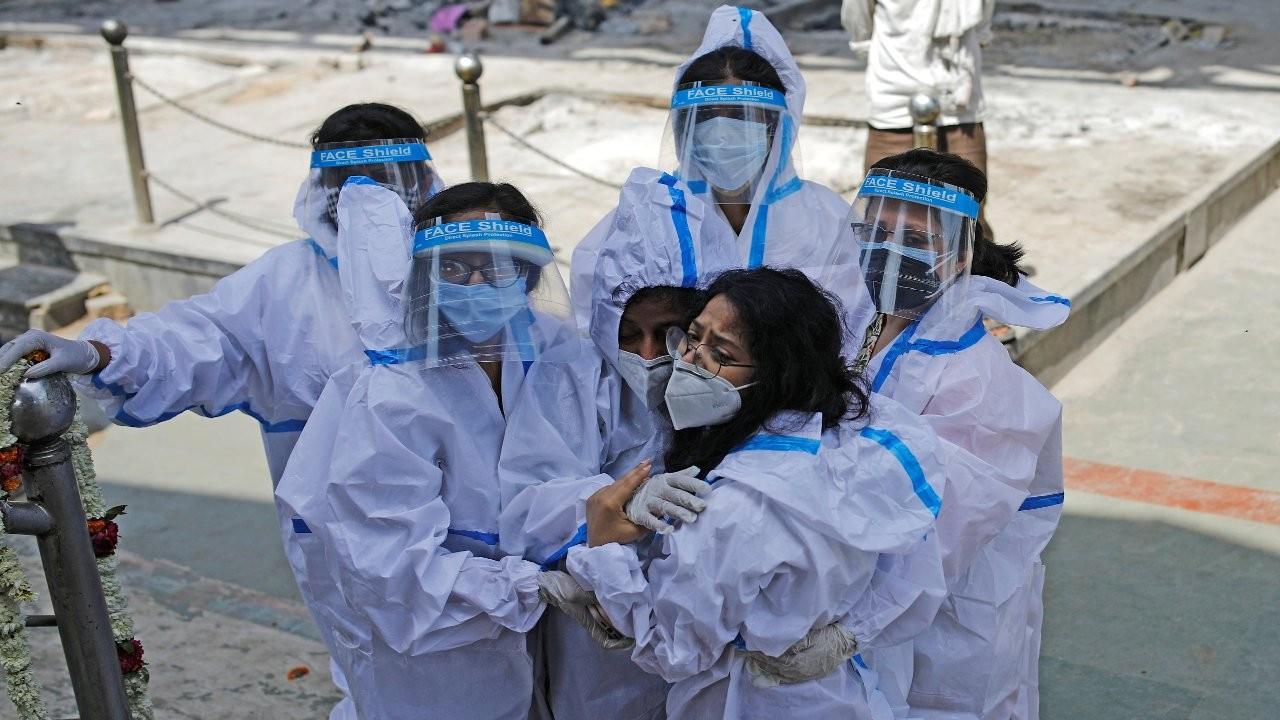Hindistan'da 314 bin 835 yeni vaka: 'Birkaç saatlik oksijen kaldı'