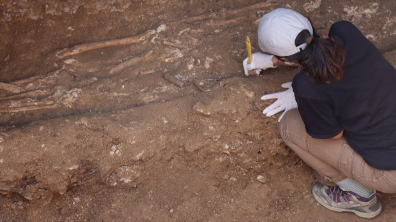 Adıyaman'da bin 500 yıllık oda mezar bulundu: 7 insan iskeleti çıktı