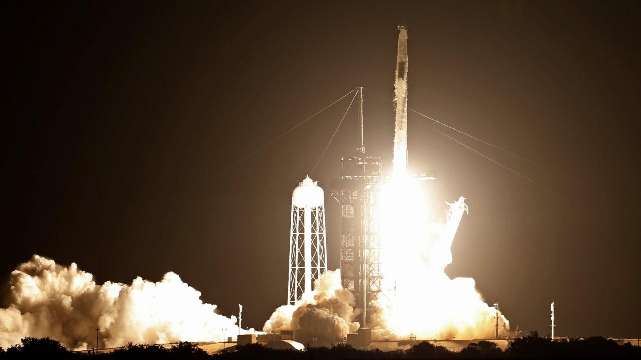 NASA ve SpaceX dört astronotu taşıyan Crew Dragon mekiğini uzaya fırlattı