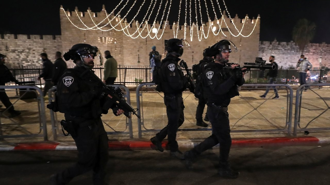 Doğu Kudüs'te İsrail polisi Filistinlilere saldırdı: 100 kişi yaralandı