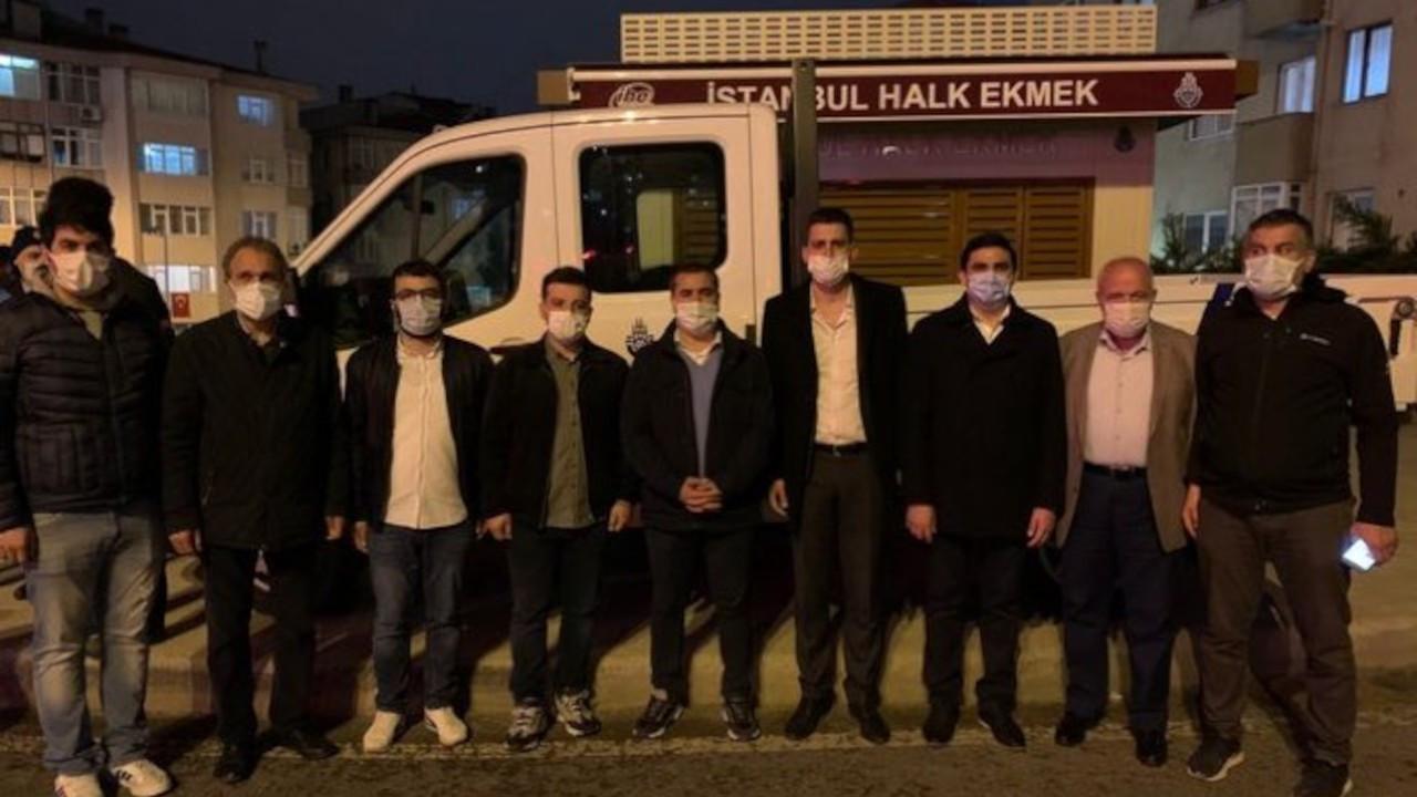 İBB, Üsküdar Belediyesi kaldırmasın diye Halk Ekmek büfesinin önünde nöbet tutuyor