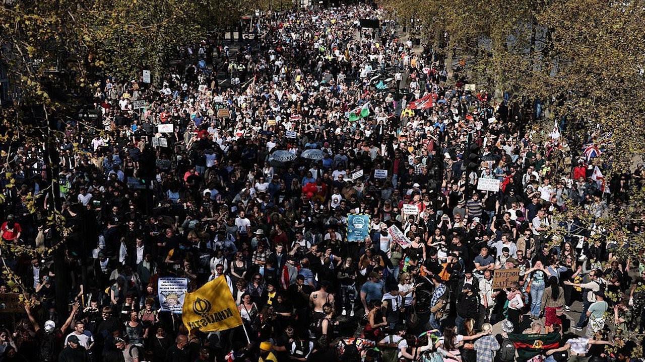 Londra'da aşı pasaportu karşıtı yürüyüş