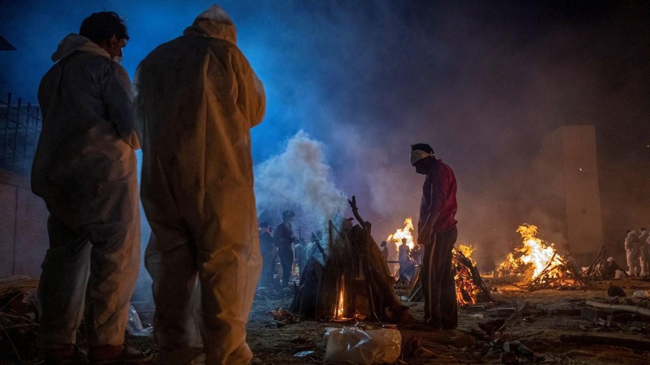 Hindistan'da vakalar 18 milyona dayandı: Ölüler otoparklarda yakılıyor