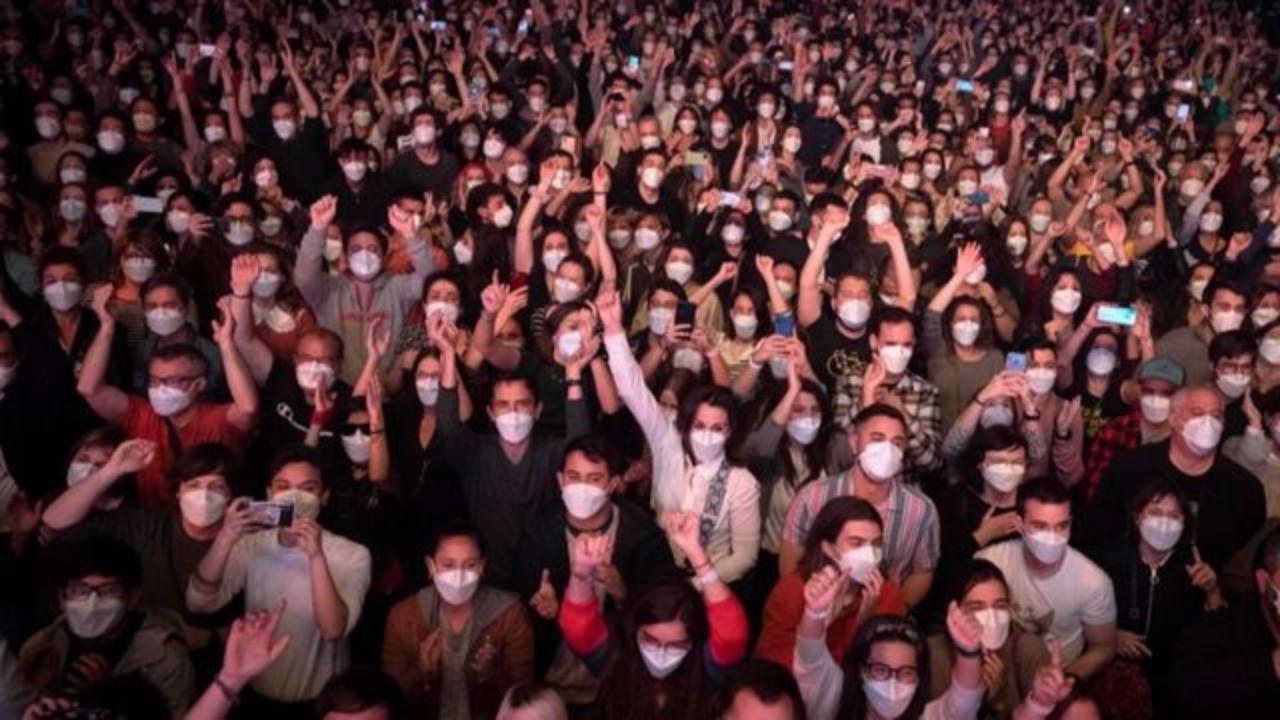 5 bin kişinin sosyal mesafesiz izlediği konser 'güvenli' çıktı