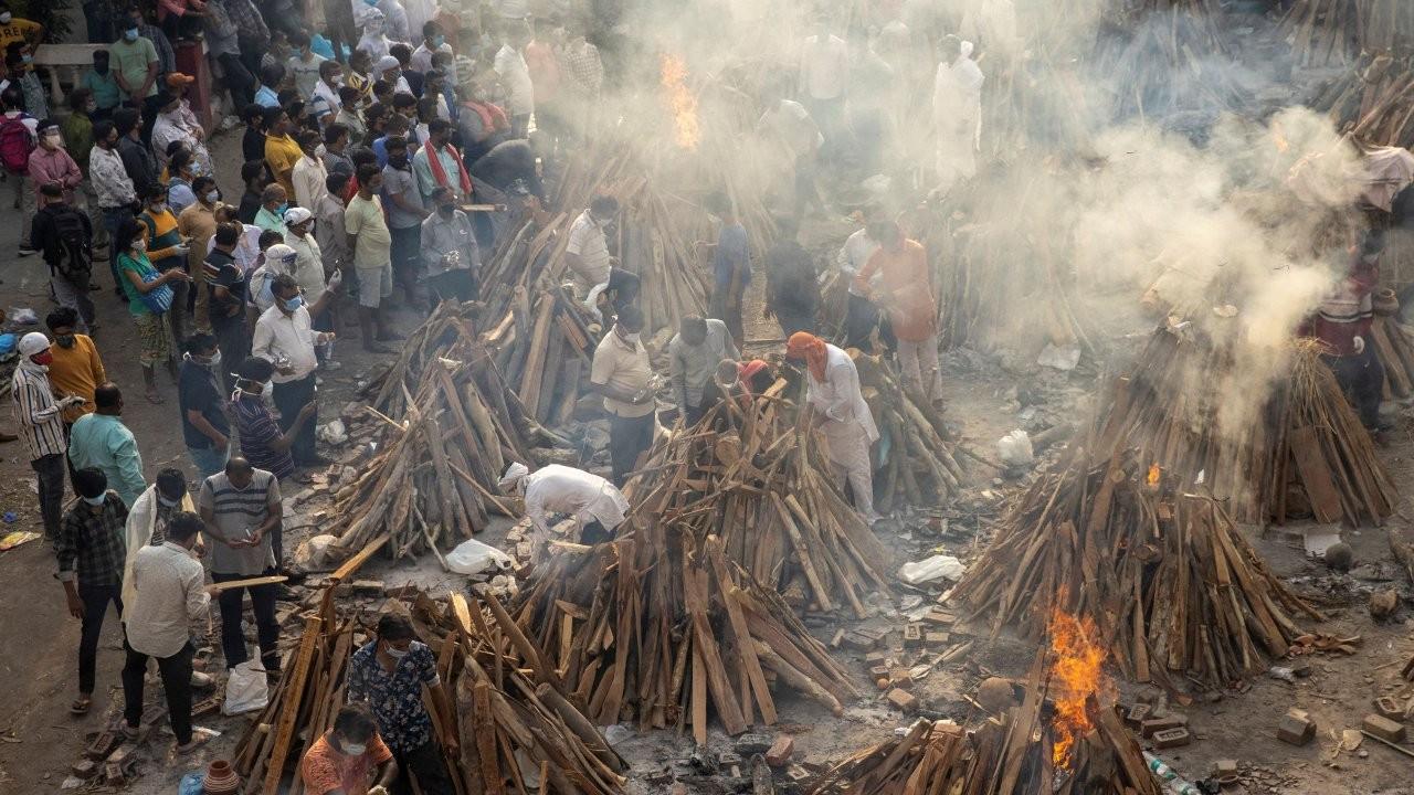 Hindistan'da bir günde 3 bin 645 kişi Covid'den öldü, parklar krematoryuma dönüştürülüyor