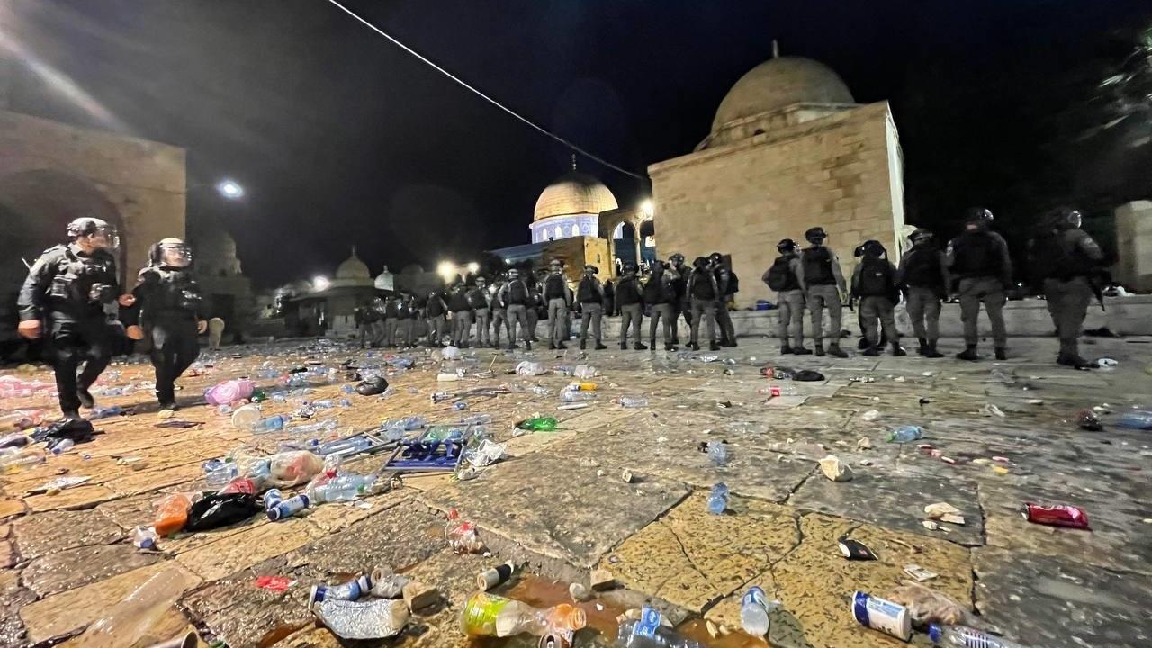 İsrail, Mescid-i Aksa'da namaz kılanlara saldırdı: En az 200 Filistinli yaralandı
