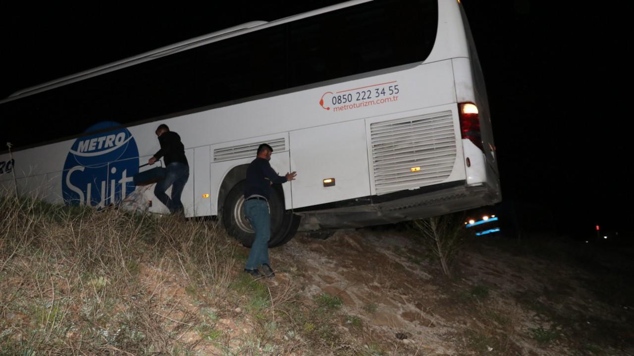 Şoför yolu şaşırdı, otobüs şarampolde aslı kaldı