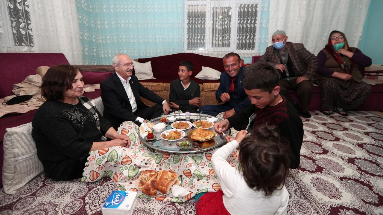 Kılıçdaroğlu linç girişiminde kendisine evini açan aileyle iftar yaptı