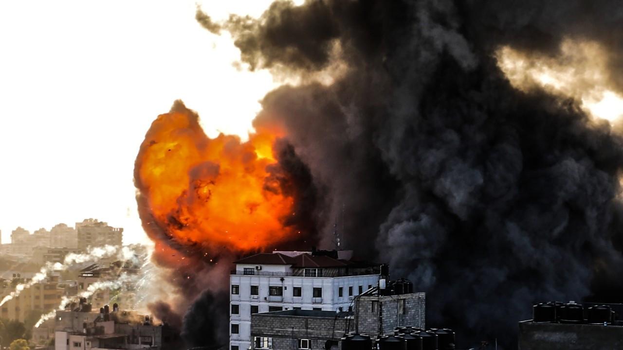 İsrail, sivillerin yaşadığı 14 katlı binayı vurdu