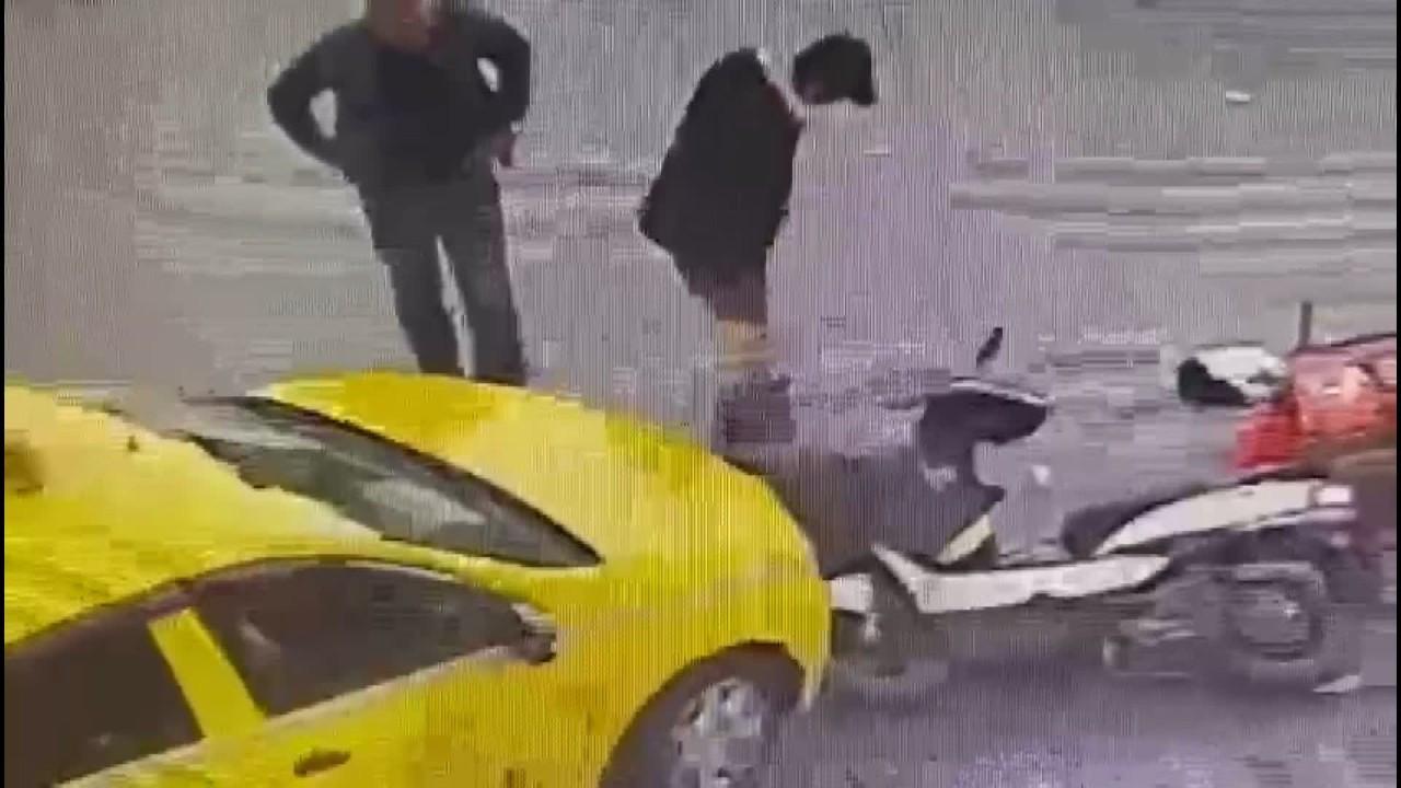 Kaza yapan kuryeye yardım bahanesiyle telefonunu çaldı