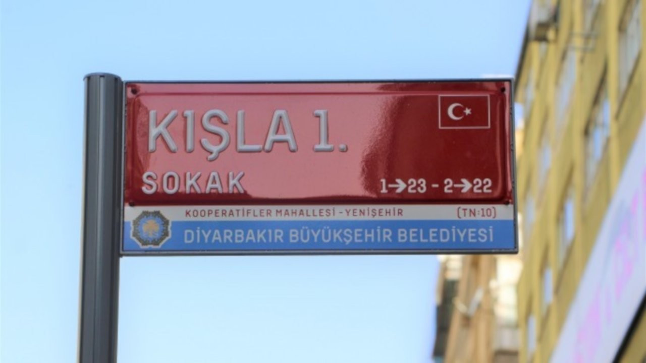 Diyarbakır'ın sokak tabelalarına Türk bayrağı konuldu