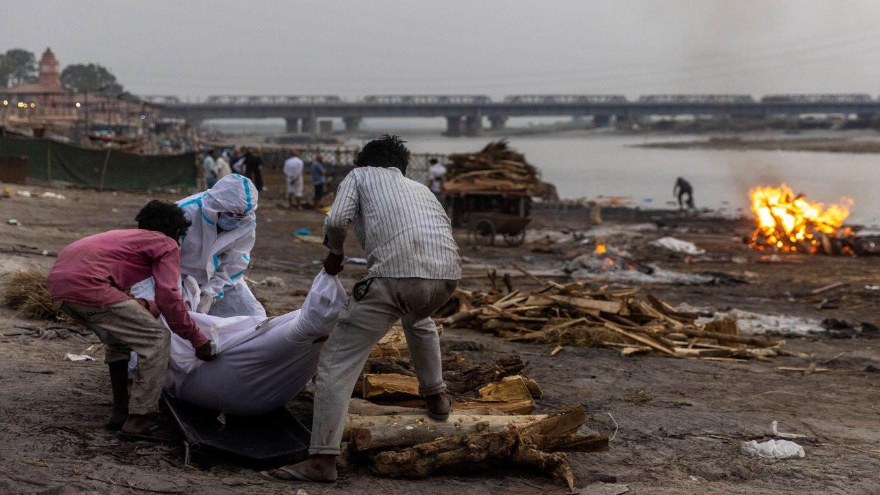 Hindistan'da Ganj kıyısına gömülmüş yüzlerce ceset bulundu