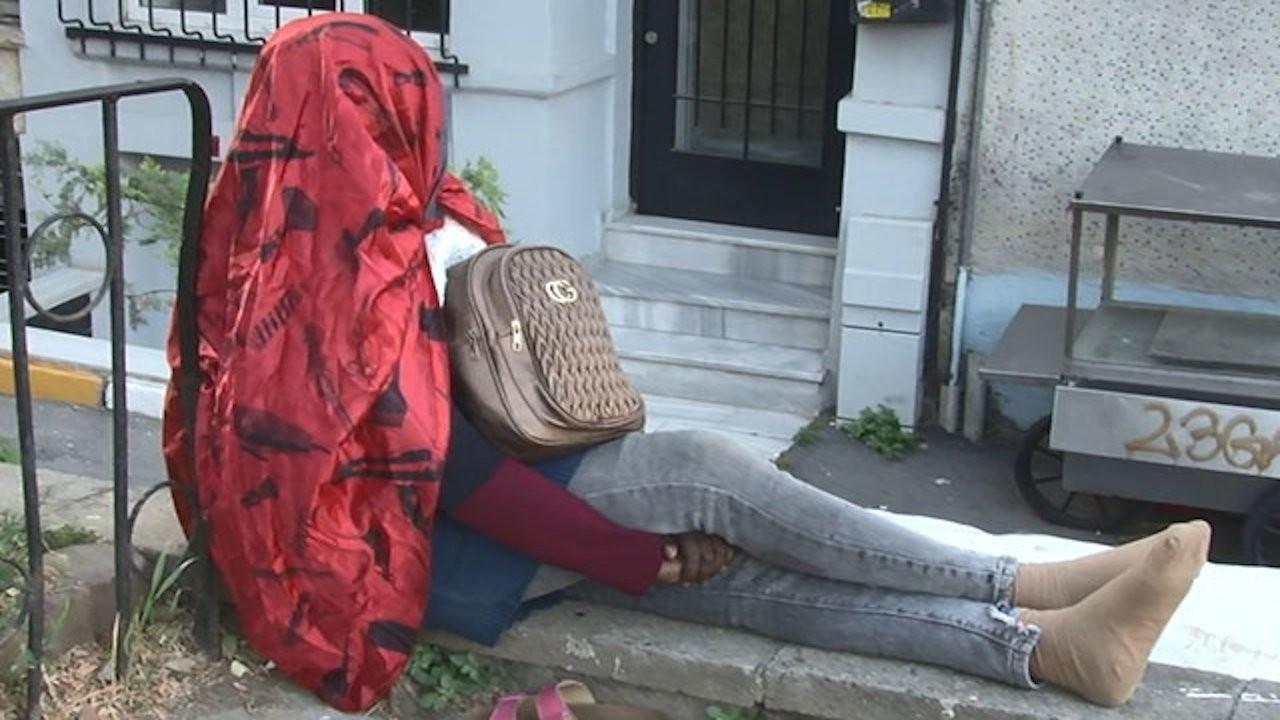 Beyoğlu'nda bir kadın 5 gündür sadece su içerek sokakta yaşıyor