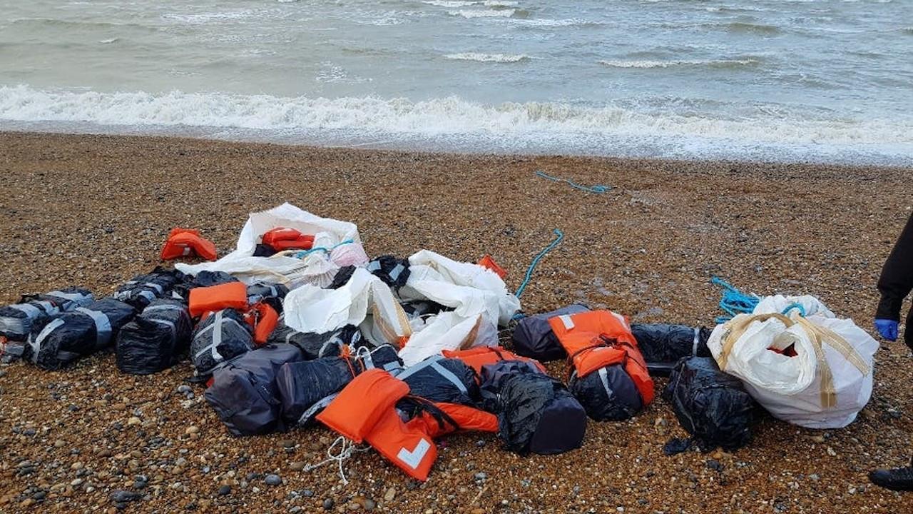 İngiltere: 1 tona yakın kokain kıyıya vurdu