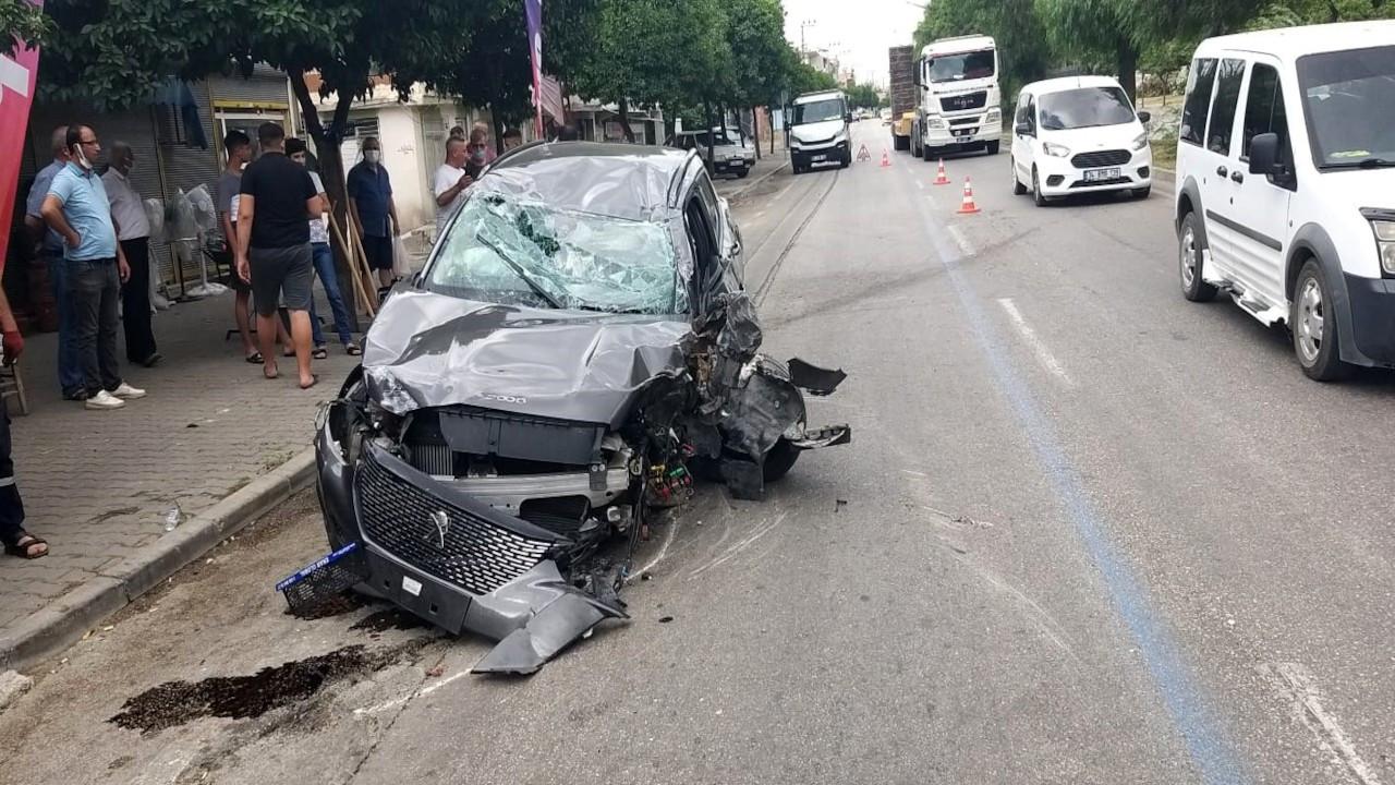 Oyuncu İlker Aksum'un otomobili ağaca çarpıp takla attı