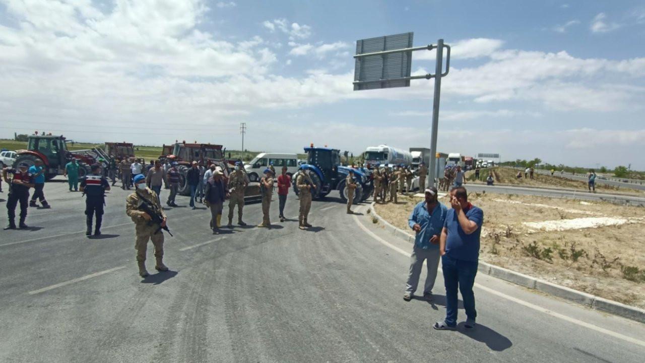 Konya'da çiftçilerden su isyanı: Yolu trafiğe kapattılar