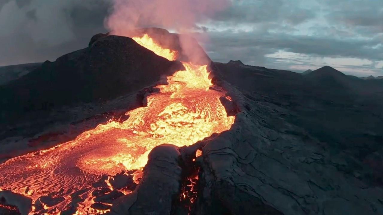 Volkan patlamasını görüntüleyen drone lavların içine düştü