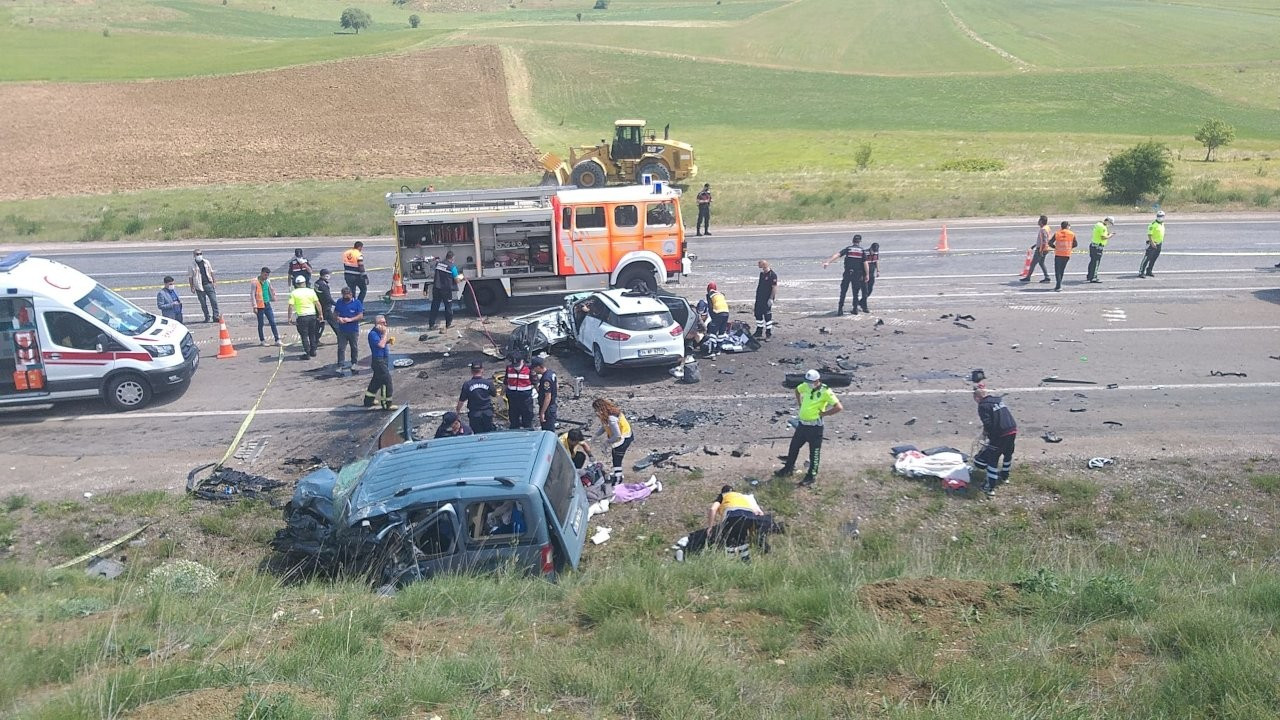 Sivas'ta trafik kazası: İki araç çarpıştı 9 kişi öldü