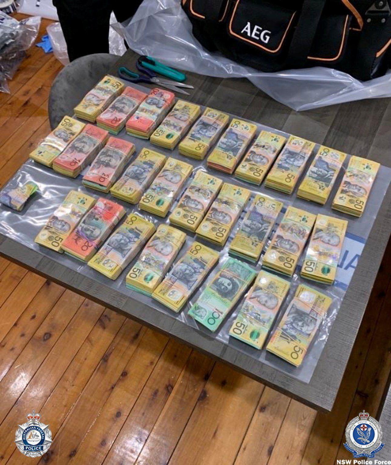 Küresel mafya operasyonunda ele geçirilen para, uyuşturucu ve silahların görüntüleri yayınlandı - Sayfa 2