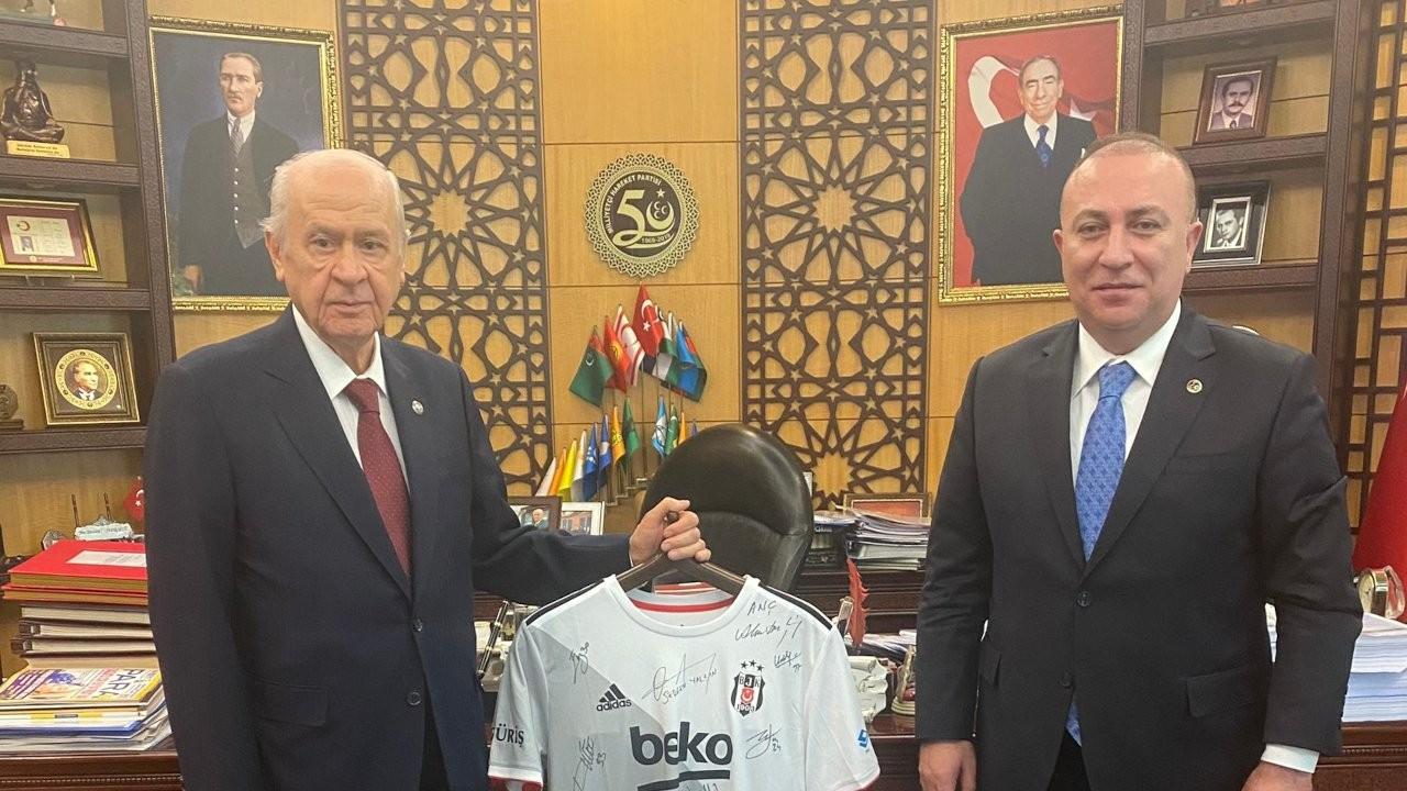MHP lideri Bahçeli'ye imzalı Beşiktaş forması hediye edildi