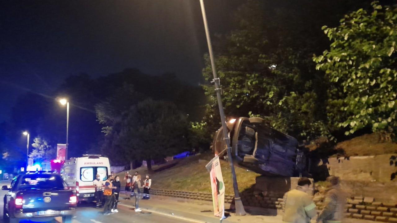 Kaza yapan araç aydınlatma direğinde asılı kaldı