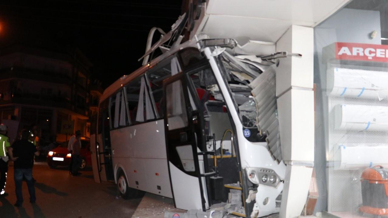 İzmir'de işçi servisi kazası: 12 yaralı