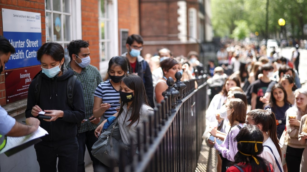 İngiltere'de Delta varyantı: Normalleşmede yeni aşama ertelenecek