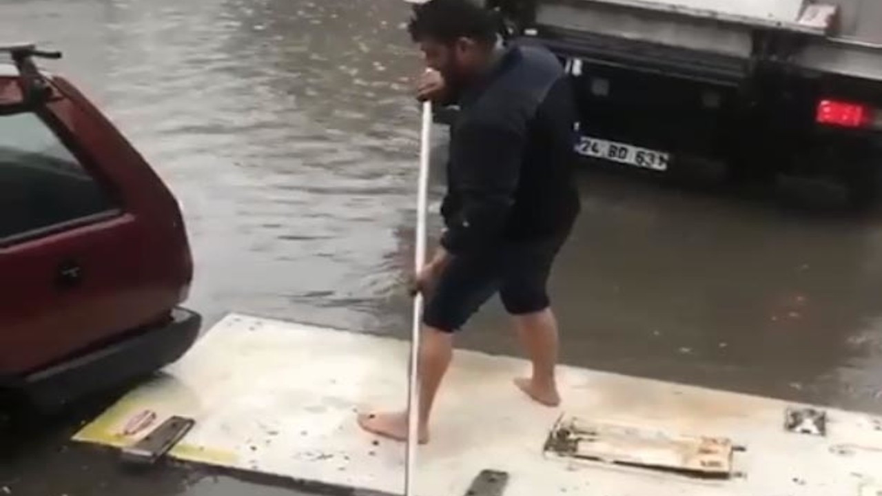 Ankara'da sağanak yağış: Kapıyı sandal yaptı